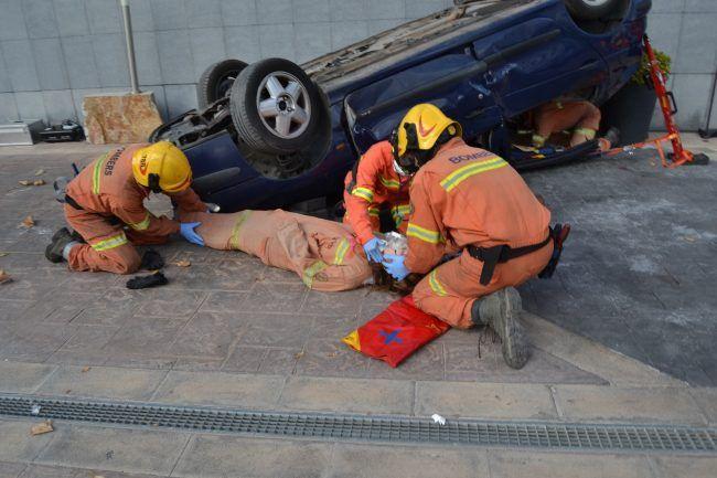 Los bomberos valoran la situación. Rescate de personas. En el interior del vehículo se encuentra a paciente con traumatismo torácico, y en el exterior se trata de un traumatismo craneal con aplastamiento y salida de masa encefálica.