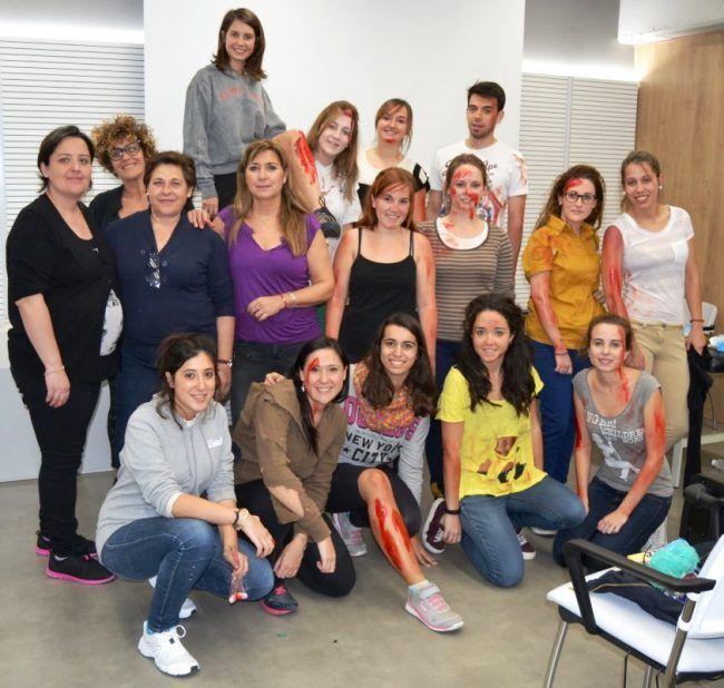 Alumnos de la 7ª edición del Máster en Enfermería de Cuidados de la Universidad CEU Cardenal Herrera junto con las maquilladoras de caracterización, previa salida al escenario de simulación
