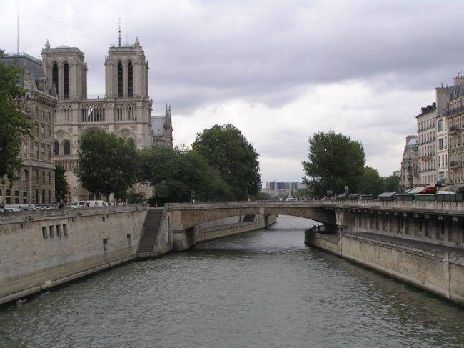 El río Sena. Al fondo la Catedral de Notre Dame