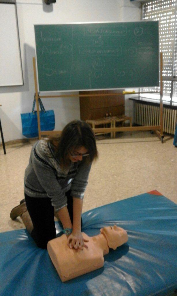 Marta Bel, enseñando a los alumnos cómo realizar el masaje cardiaco externo