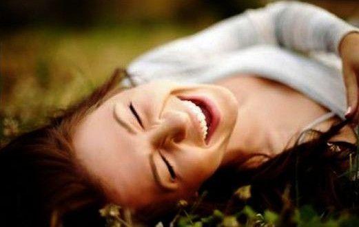 Risa en la hierba