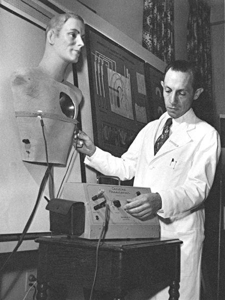 El Dr. Zoll en su laboratorio