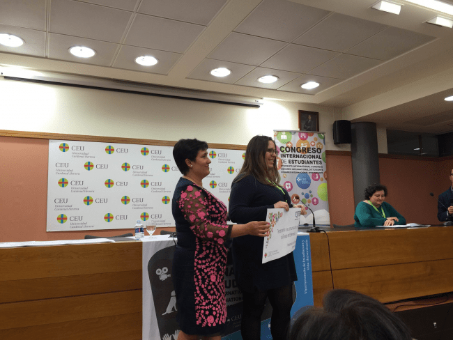 Sonia Sánchez Céspedes, recibiendo el premio de parte de la Dra. Mª José González Solaz (Vicerrectora de Estudiantes y Vida Universitaria