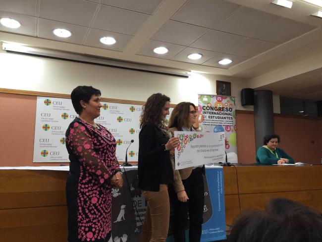 En la parte centra Claudia Serra Peris, junto con Marina Leal Clavel (Vicedecana de Enfermería en la sede de Elche). otorga el premio Dra. Mª José González Solaz (Vicerrectora de Estudiantes y Vida Universitaria)