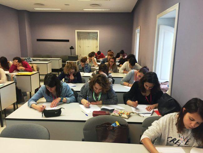 Los alumnos del Máster realizando la valoración final teórica tras el taller (der)