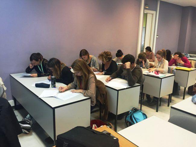 Los alumnos del Máster realizando la valoración teórica tras el taller (izq)