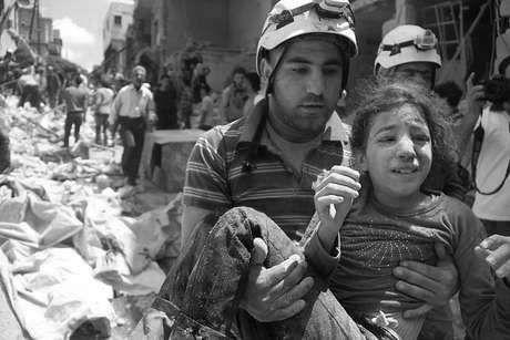 """""""Cascos Blancos"""" rescatando a una niña entre los escombros"""