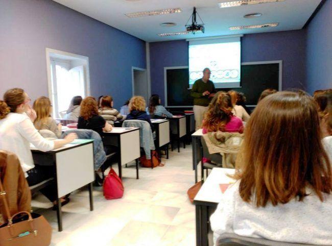El Dr. Manrique impartiendo la sesión teórica