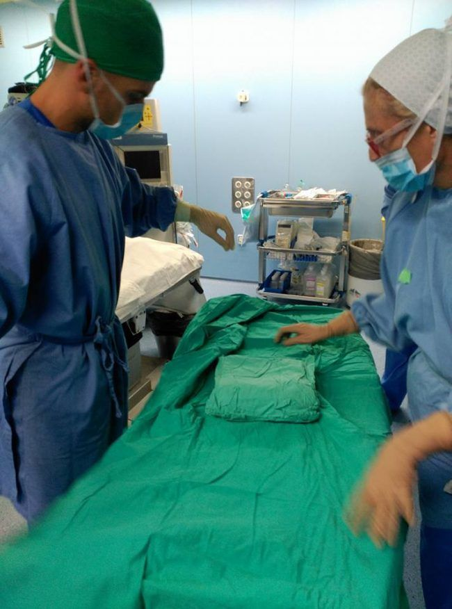 Miguel aprendiendo a montar una mesa quirúrgica paso por paso