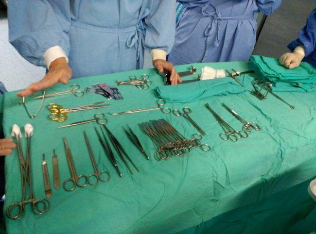 En la imagen se muestra, de izquierda a derecha, su colocación: cortantes, pinzas, hemostasia, y material específico según la cirugía que se fuese a practicar.