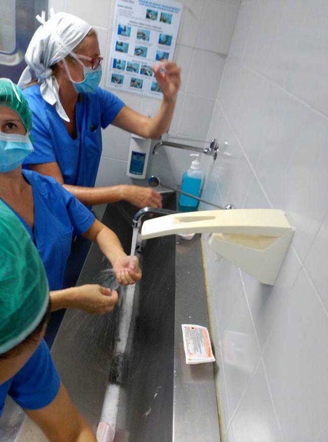 Cristina, Rosa y Mª Ángeles lavándose las manos según protocolo