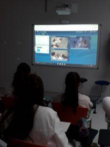 Alumnos de enfermería viendo cómo realizaban el sondaje sus compañeras en la sala contigua