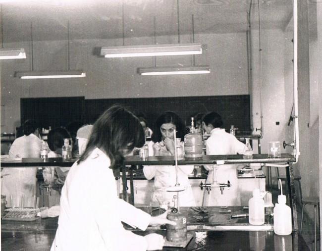 En los laboratorios del CEU junto a otros compañeros de Farmacia.