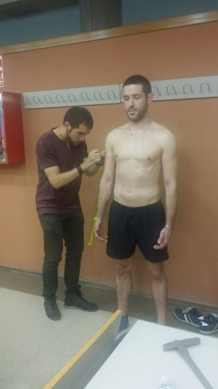 Juanvi tomando medidas antropométricas a un modelo