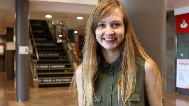 Caitlin, en el hall de nuestra universidad