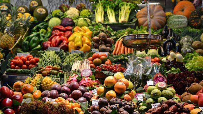 Un puesto colorido de frutas y verduras