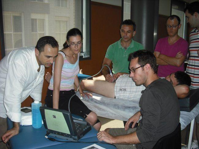 El profesor Buil, ecografo en mano, con profesores de la UCH-CEU asistentes al curso celebrado en 2012