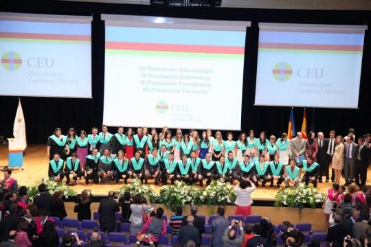 Alumnos y profesores de Fisioterapia posan en la Graduacion de la IX Promoción