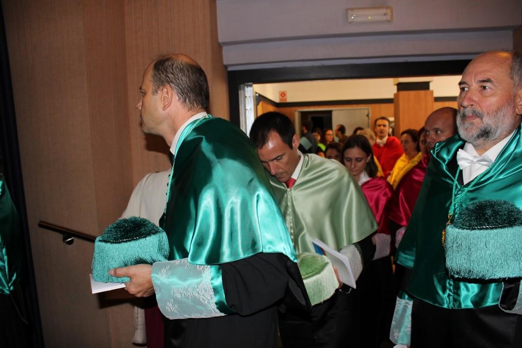 Los profesores de Fisioterapia, Montañez Lisón y Rosado, accediendo al acto de apertura del curso 2014-2015