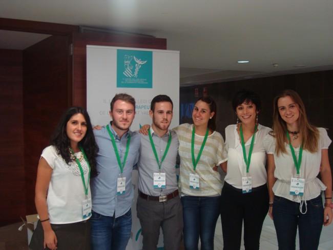 Suelen Cervelli e Inma Simó, a la derecha de la imagen, junto a sus compañeros colaboradores de la UV y la UCV  en las XIII Jornadas Mediterráneas de Fisioterapia
