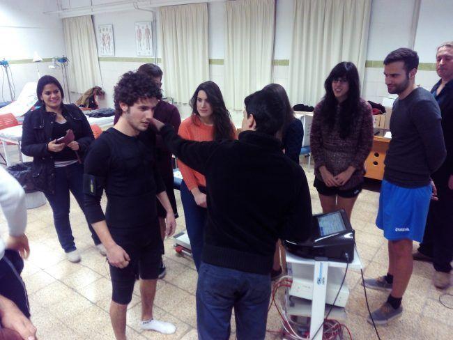 Alumnos del Máster de Fisioterapia Deportiva de la UCH-CEU probando traje de electroestimulación muscular