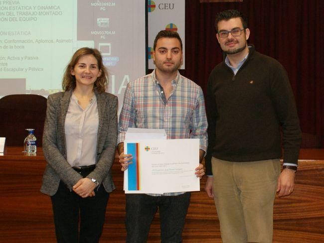 El profesor de Fisioterapia Fran Ferrer. acompañado por los profesores Amer y Segura, recibiendo un premio de la CEU-UCH, en una imagen de archivo