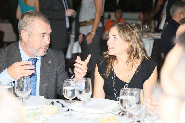La vicedecana de Fisioterapia, la doctora Eva Segura, charla durante la Gala con el decano de Fisioterapia de la UV, doctor Alberola