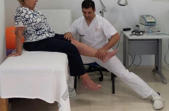 Santiago Simón realizando una práctica de fisioterapia