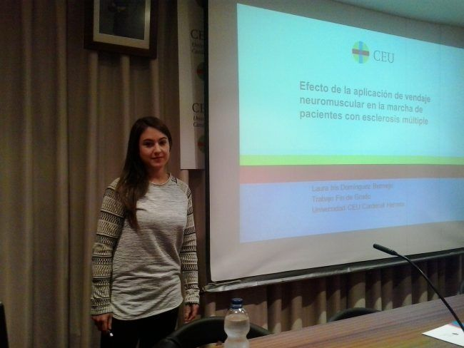 Laura Iris Domínguez presentando su trabajo de Fisioterapia