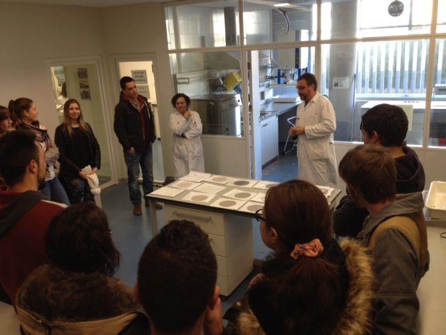 Los alumnos de fisioterapia de la UCH visitando los laboratorios de análisis de polución ambiental del CSISP