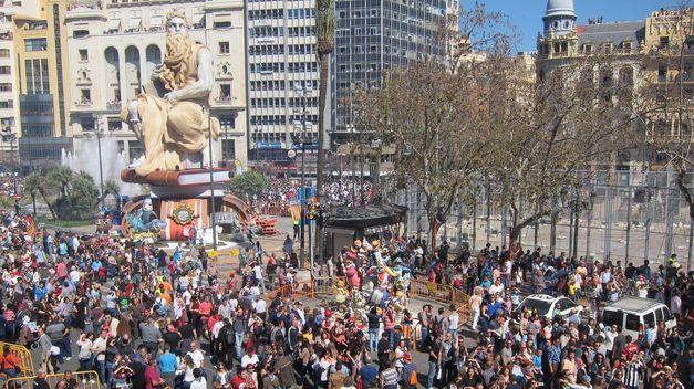 Foto de la plaza del Ayuntamiento minutos antes de la mascletá