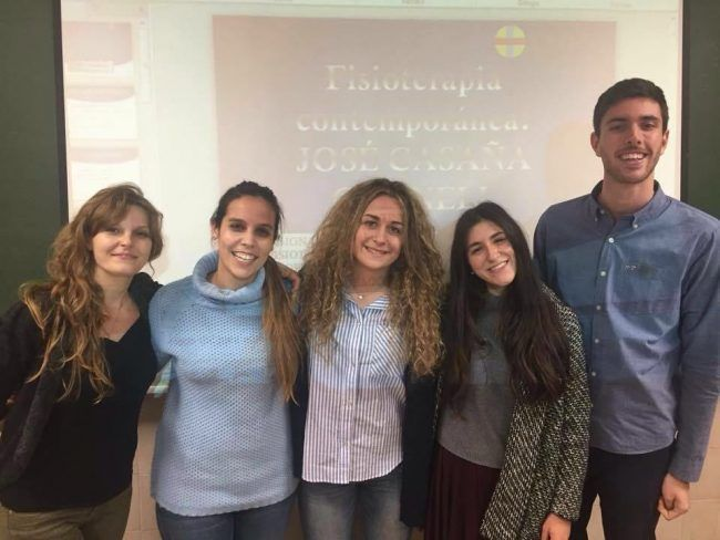 Marina y Cristina con sus compañeros en una exposición de trabajos de Fundamentos de Fisioterapia