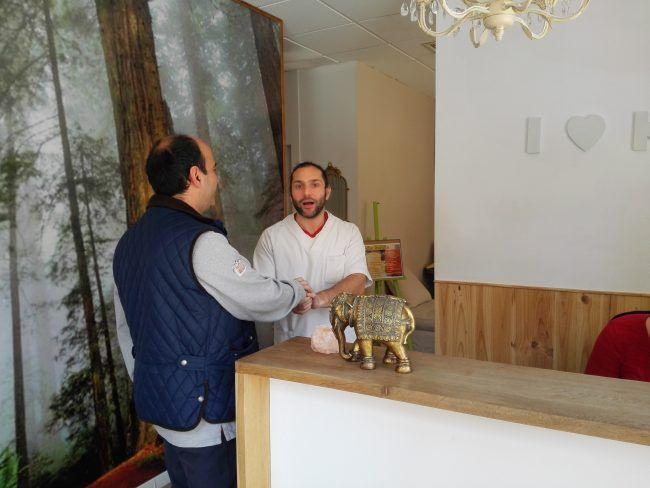 Jorge atendiendo a un paciente en Kurkuma.