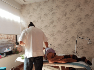 Jorge atendiendo a un paciente.