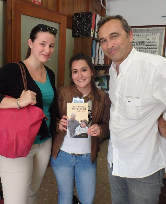 José Ángel y Alexandra recogiendo el segundo libro.