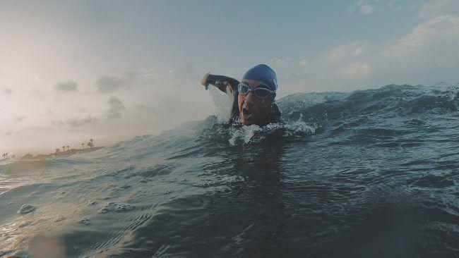 Raúl Micó nadando en un fotograma del cortometraje The Slow Life