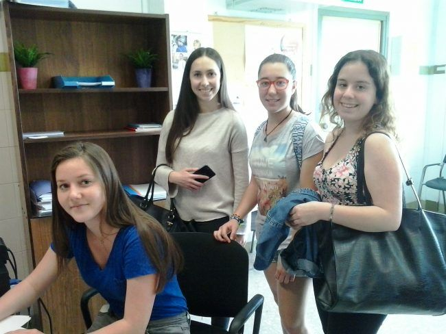 Silvia, Marta, Manon y Célia reservan un aula de prácticas en el Decanato.
