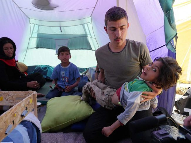 Julio Araujo con Osman y su familia en la tienda de campaña