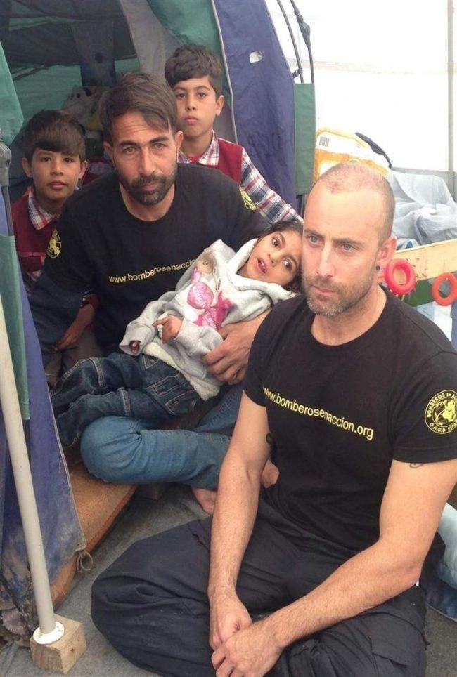 Osman, con su padre, sus hermanos, arropados por Bomberos en Acción