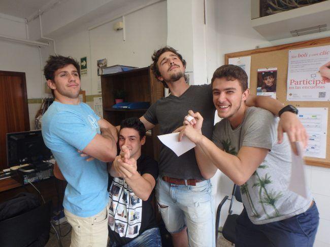 Los últimos estudiantes que depositan su TFG posan así de contentos.