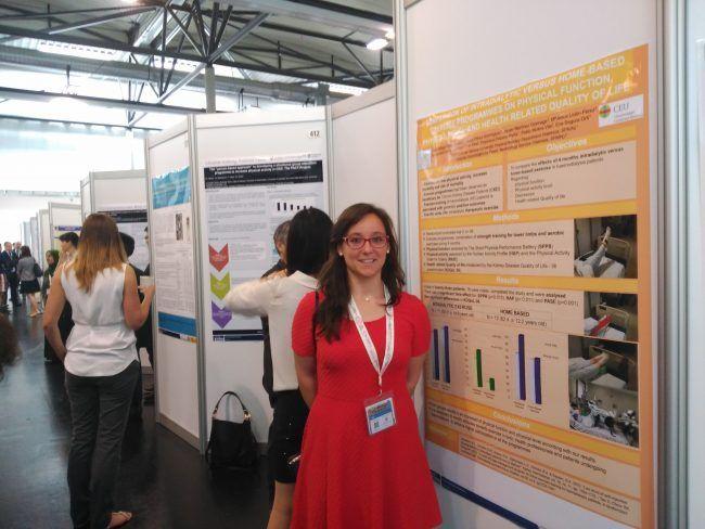 Lucía Ortega presentando su poster sobre ejercicio y diálisis en Viena