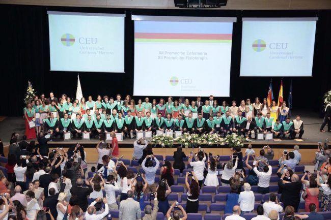 La XII Promoción de Fisioterapia de la CEU Cardenal Herrera posa orgullosa en su Ceremonia de Graduación