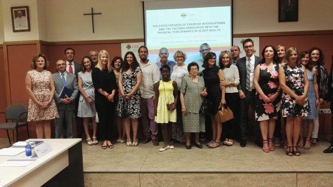 Vicent Benavent rodeado de familiares, compañeros y profesores tras leer su tesis doctoral