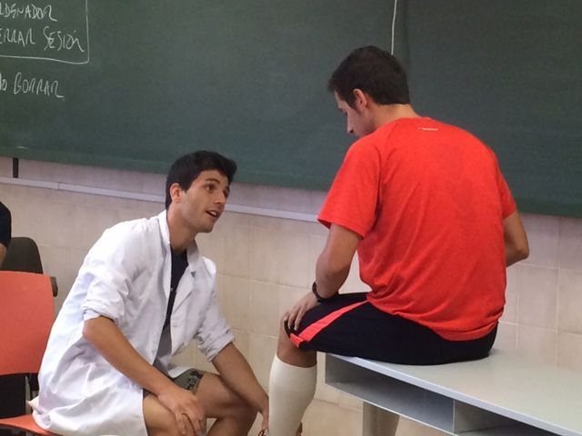 Dos alumnos de la Fisioterapia de la CEU-UCH practicando Role Playing