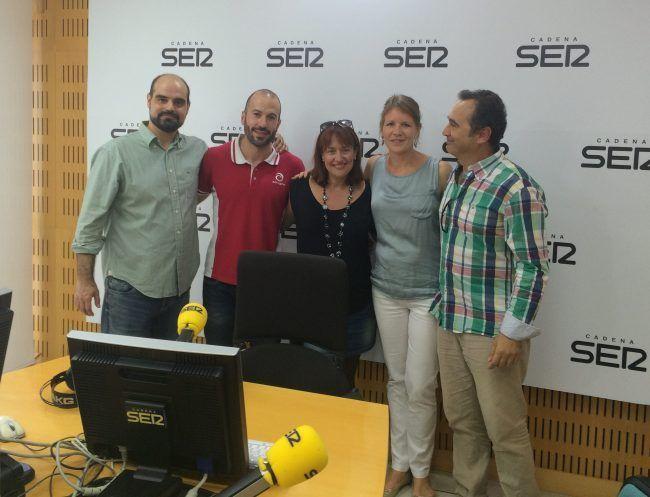 Vicente Lloret en su visita a la cadena SER con los fisioterapeutas Jesús Ramírz, Lirios Dueñas, Claudia Zilkens y José Ángel González