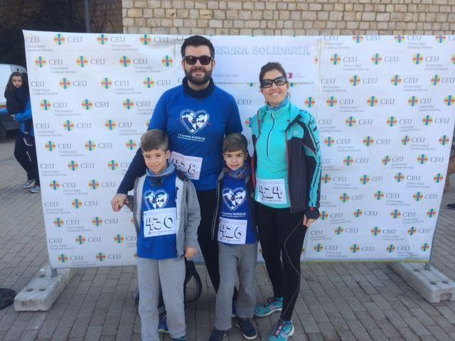 Juanjo Amer con su mujer e hijos participaron en la Carrera Solidaria CEU