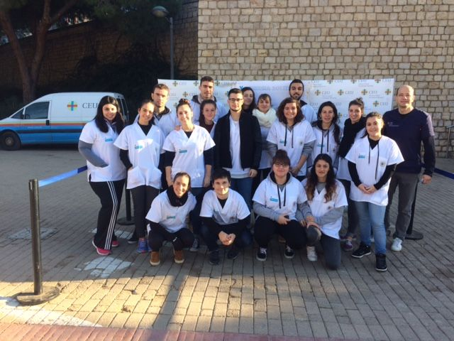 Los alumnos de Fisioterapia en el photo-call de la V Carrera Solidaria CEU