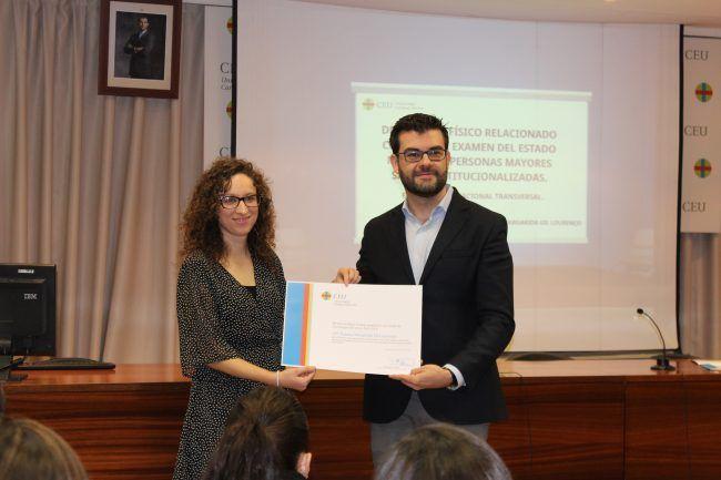 Susana Gil recibe el premio de Juangjo Amer al mejor TFG de fisioterapia