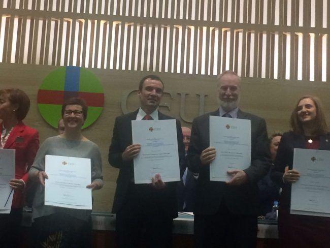 El doctor Lisón, en el centro, con otros premiados Ángel Herrera