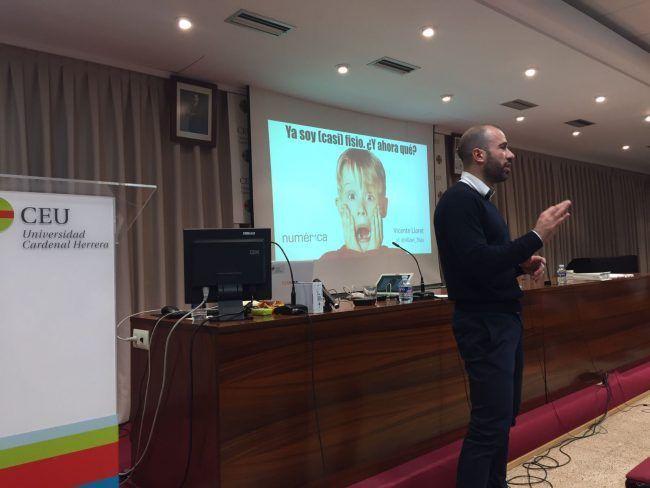 El mediático fisioterapeuta Vicente Lloret durante su didáctica charla